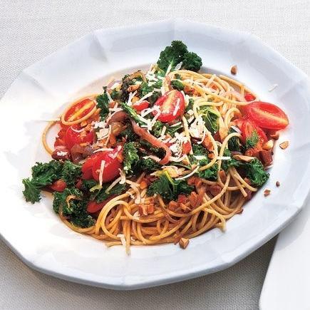 Whole-grain spaghetti with kale and tomatoes