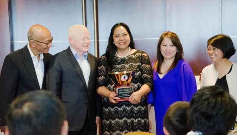 Amb Cuisia presents the Ambassador's Cup