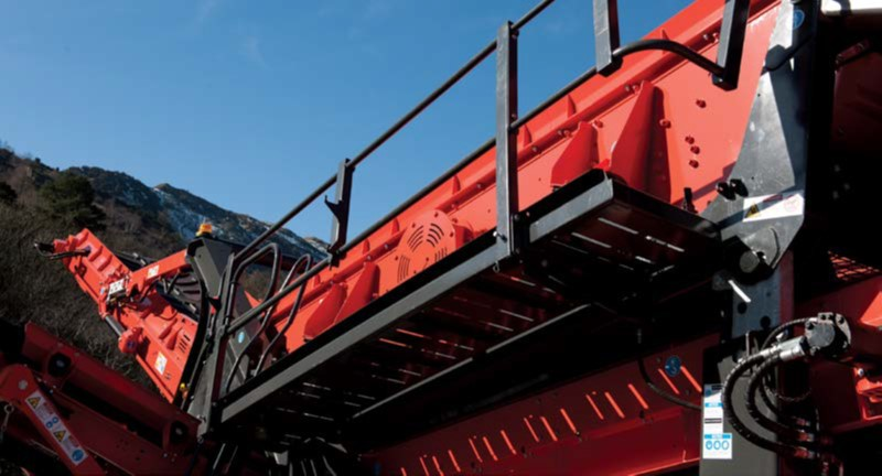 QE341 Features - Hydraulically folding maintenance platforms