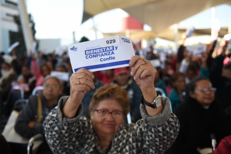 Encabeza Isidro entrega de apoyos económicos a 3 mil 552 familias
