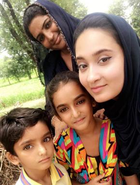 Noor with Rahim Yar Khan Community Members