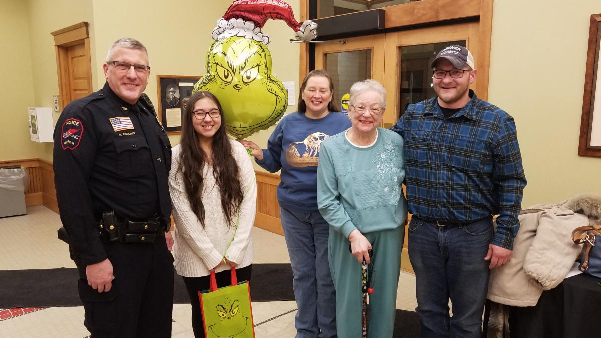Photo of 2019 Act of Kindness winner with family and Chief Pohlman