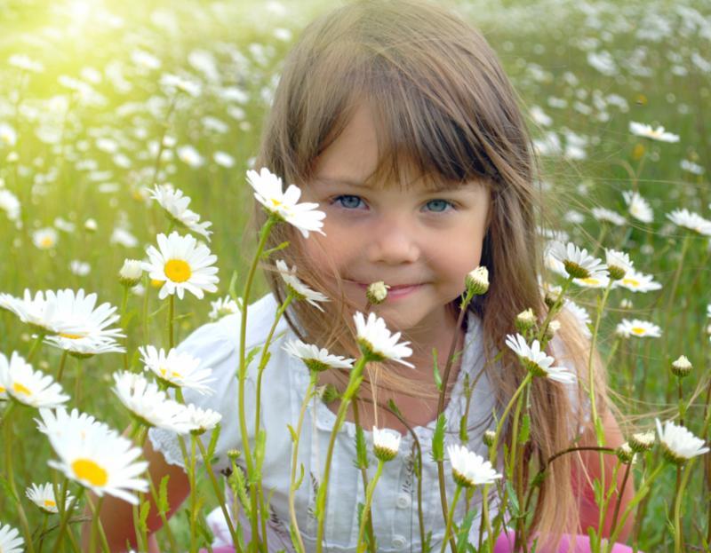 girl_behind_daisies.jpg