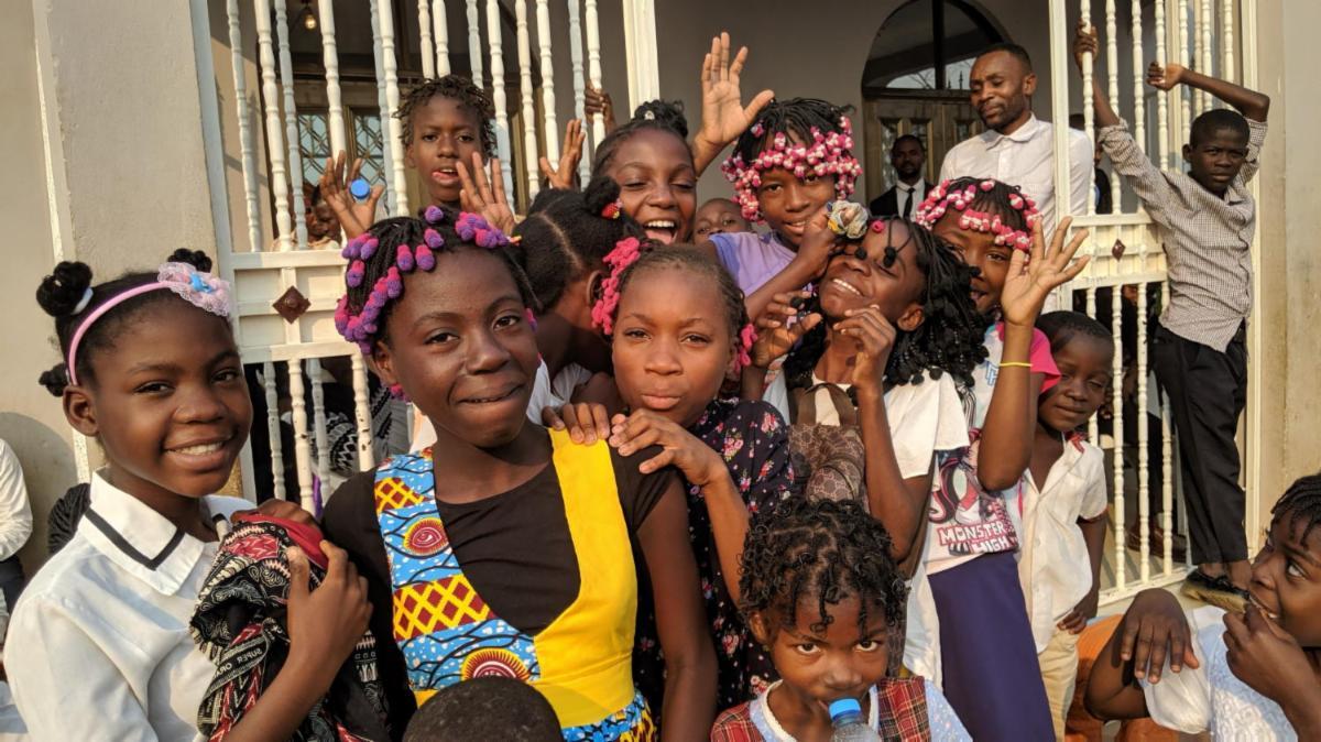 Natürliche Freude in den Augen der angolanischen Kinder