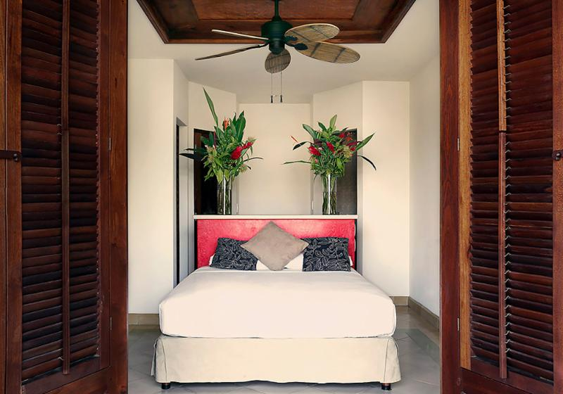 queen bed with desk and closet