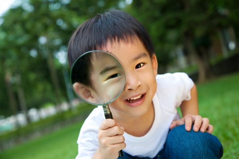 boy w. magnifying glass
