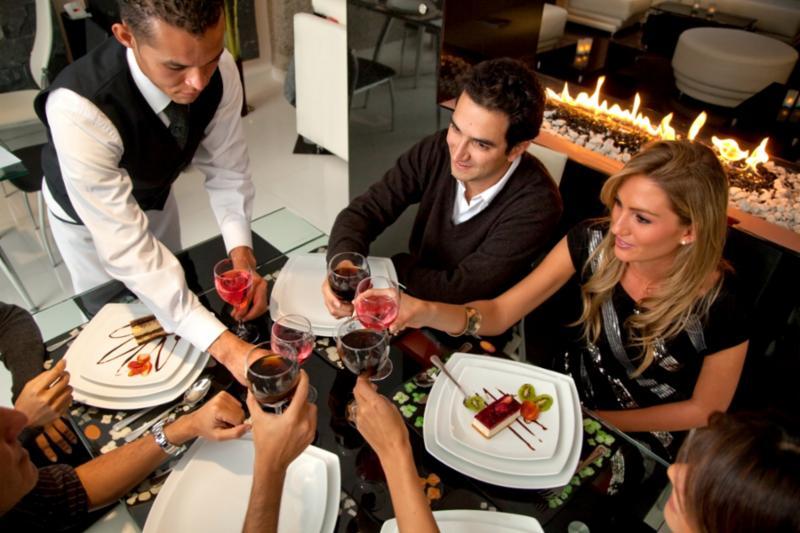 people_toasting_restaurant.jpg