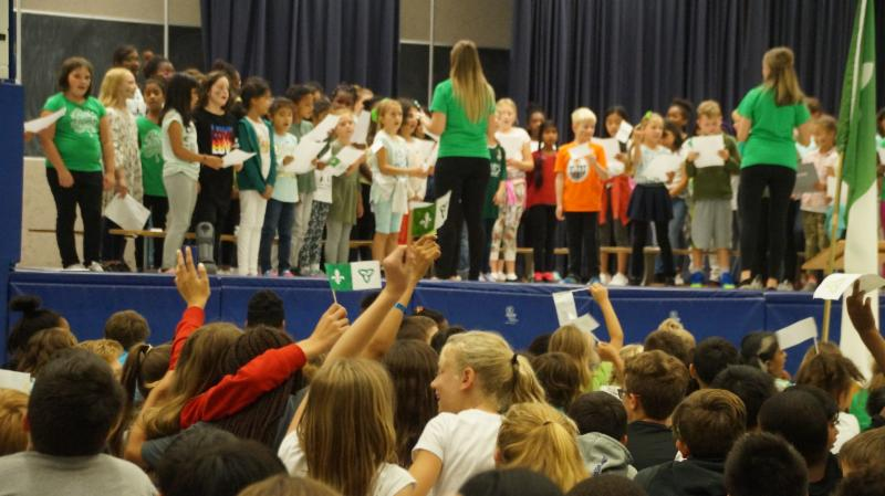 Students proudly waving mini handmade Franco-Ontarian flags while the choir sang.
