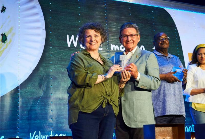 Peggy Baggaley accepts HOPE award