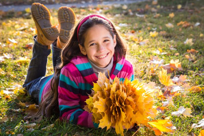 girl_with_autumn_leaves.jpg