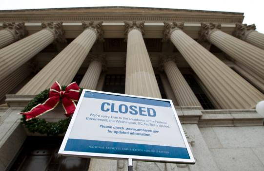 photo of gov't closed sign