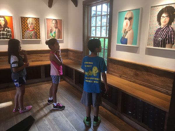 kids looking at Roscio's images