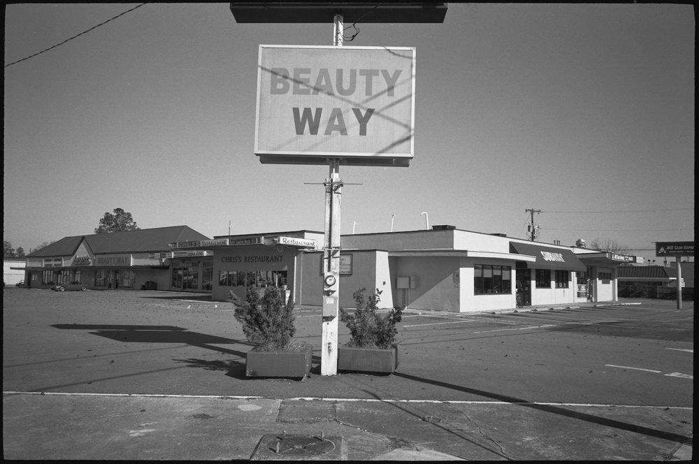 A sign that says beauty way.