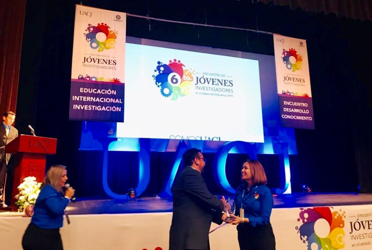 Nadia Alvarez Mexia being awarded at UACJ