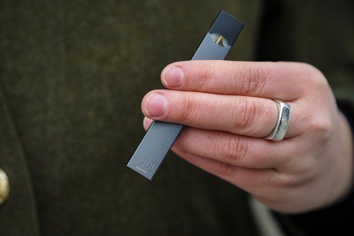 Person holding a juul