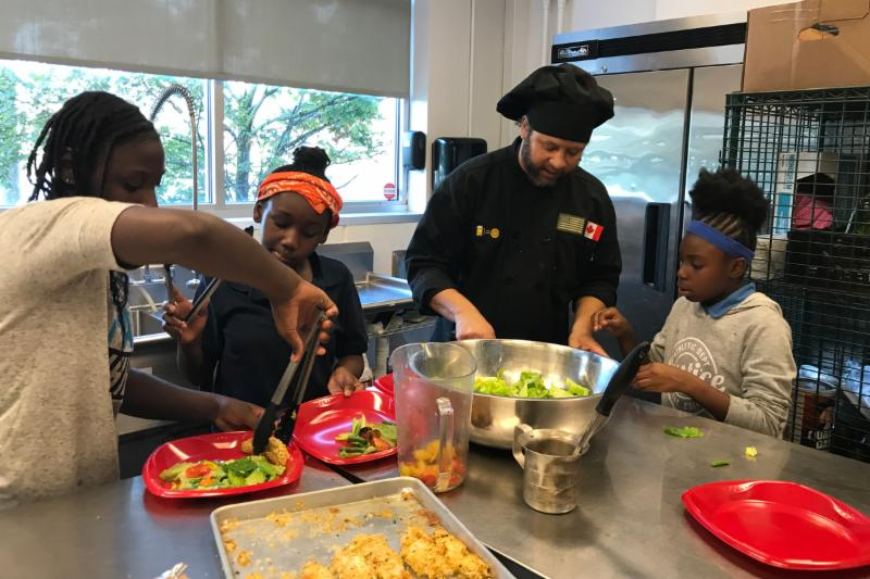 Flint kids learn to cook healthy foods with a chef