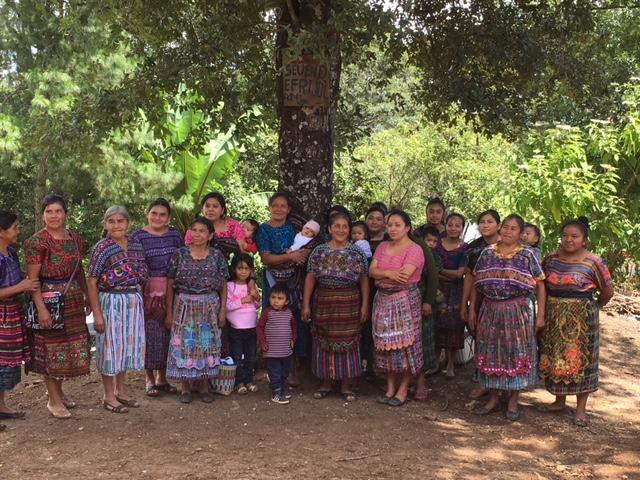 25 women in Cruz Nueva meet to discuss their Chapina stove project