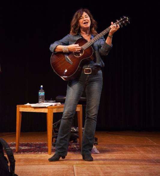 Shelly Peiken ('79) performs for the master class.