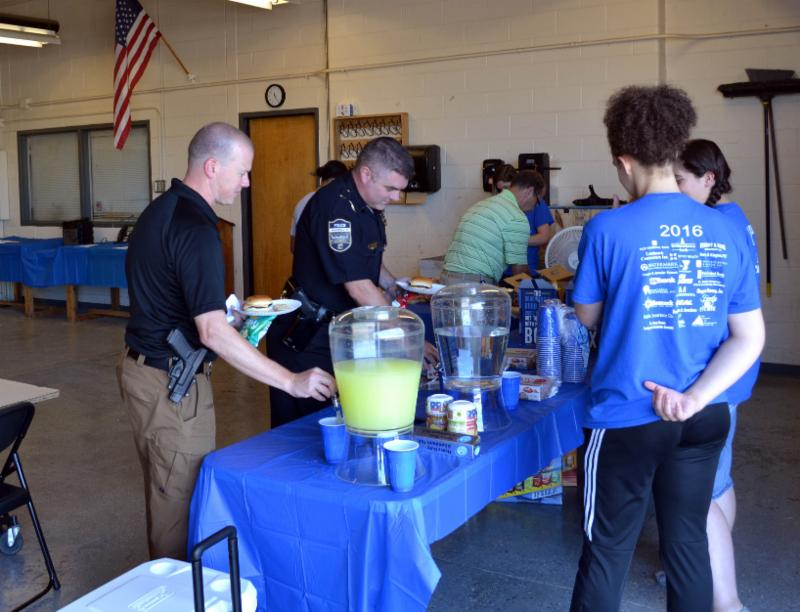 Students help law enforcement officers get meal