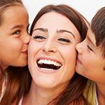 Mam_ siendo besada por sus hijos en cada cachete