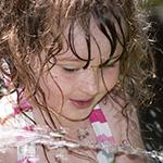 Una ni_a feliz en un parque acu_tico.