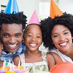 Una familia feliz celebrando sus hijos.