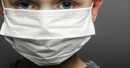 Niño preocupado usa una máscara durante la pandemia de coronavirus.