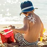 Uno ni_o peque_o en la playa.