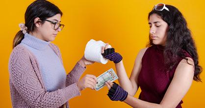 Una extorsionista vende papel higiénico a una mujer por un precio exorbitante.