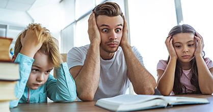 Un papá y sus dos hijos se muestran estresados por las tareas.