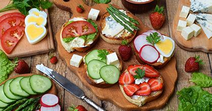 Una variedad de bocadillos saludables que se muestran en una mesa.