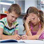Hermanos frustrados haciendo tareas