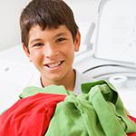 Ni_o ayudando a lavar ropa