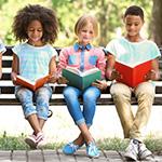 Estudiantes de secundaria felizmente leyendo libros.