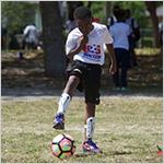 Ni_o jugando soccer