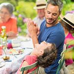 Una familia multigeneracional feliz disfrutando de una comida.