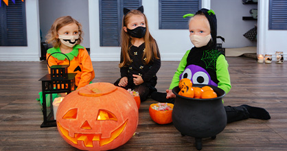 Las niñas celebran Halloween de forma segura dentro de la casa durante Halloween.