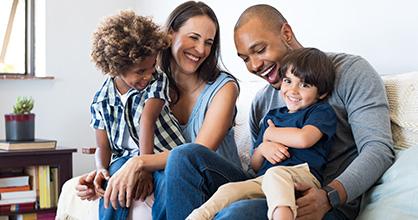 Una familia de raza mixta con hijos adoptados se divierte en casa.