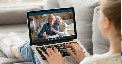 Una adolescente visita a sus abuelos en su tableta.