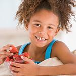 Ni_a comiendo fresas