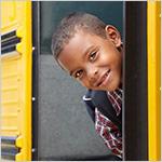 Ni_o viendo hacia atr_s despu_s de abordar el bus escolar