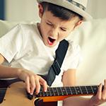 Ni_ito cantando y tocando la guitarra.
