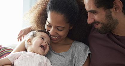 Familia feliz jugando.