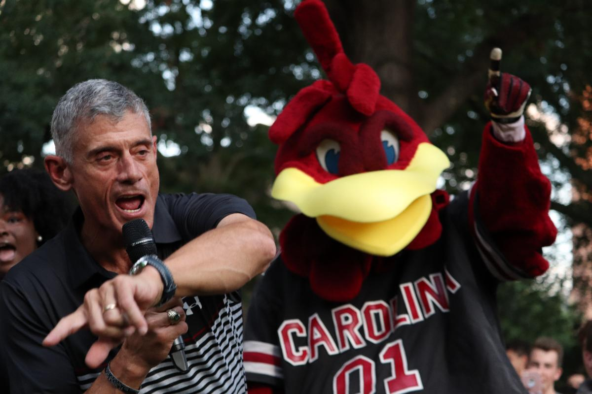 President Bob Caslen leads the Class of 2023 in their first official Gamecocks chant alongside Cocky.