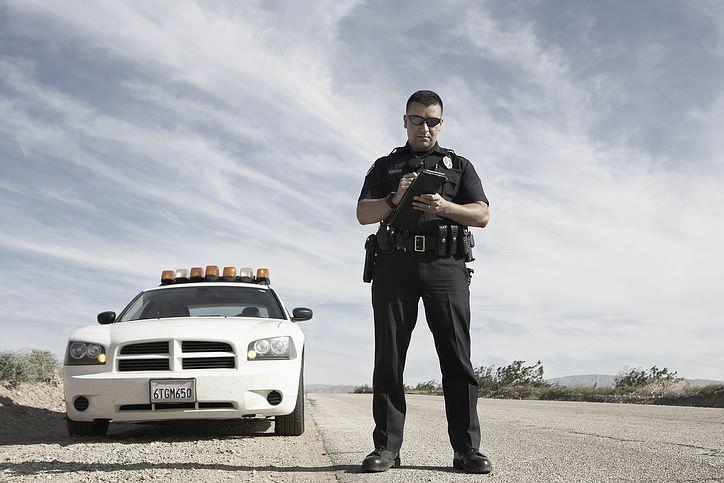 officer_ticket_car.jpg