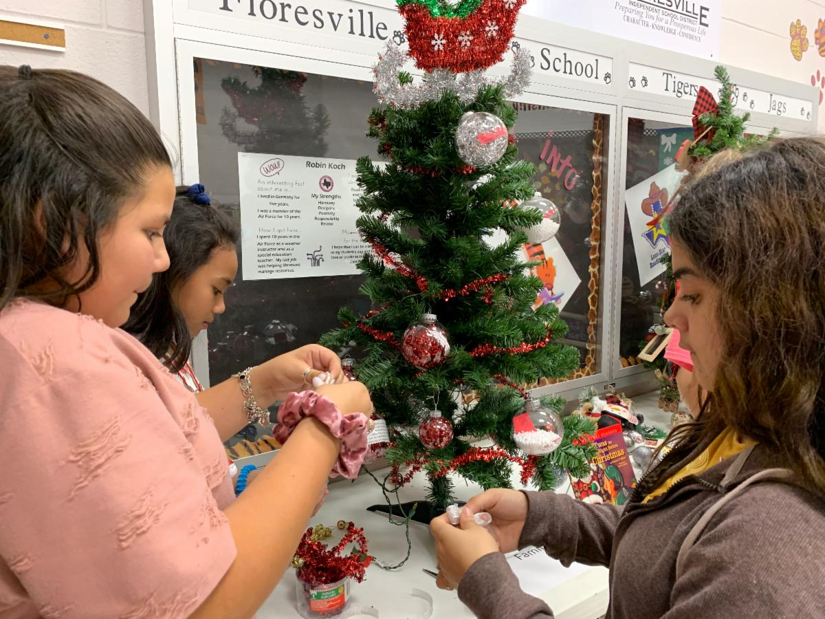 Students decorating a Christmas tree