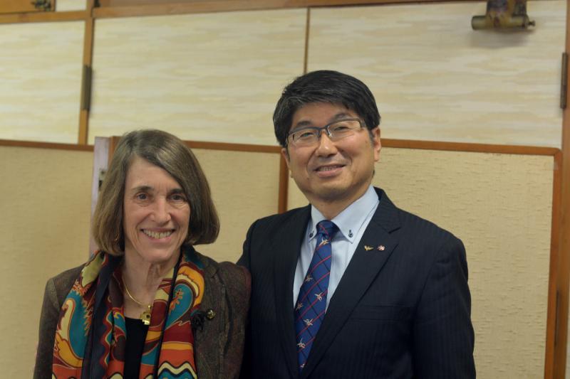 Cindy Kelly with Mayor Taue