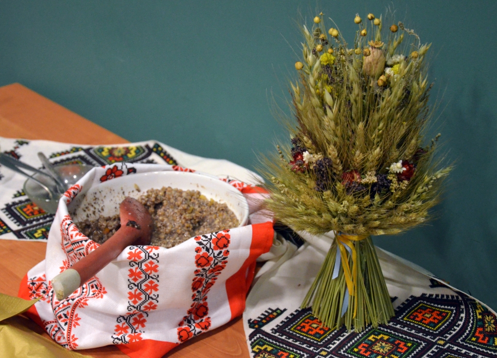 photo of two traditional elements of a Ukrainian Christmas celebration - the didukh and kutia