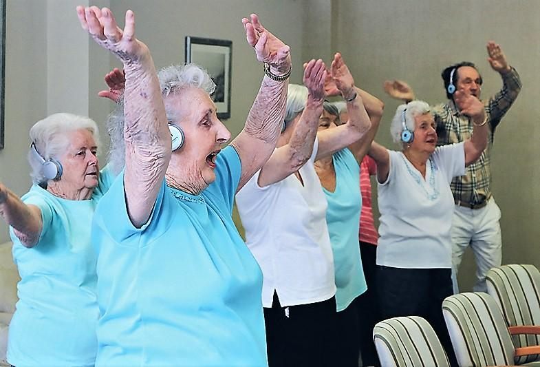 singing and dancing older adults with memory issues