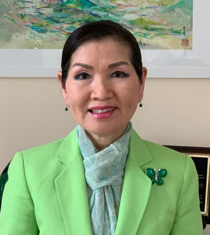 First Lady Hogan in green jacket with green butterfly pin on lapel.